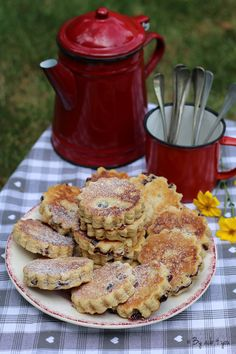 J'ai fait la découverte de ces petits gâteaux gallois en me baladant sur le blog d'Alexandra de My girly Popotte. Ils ressemblent à des sablés mais ils n'en ont que l'apparence, ils se réalisent comme des scones mais se cuisent comme des pancakes à la...