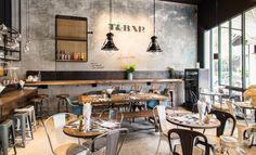 mezcla mesas madera y sillas acero