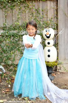 30 of the Most Creative and Cheap Halloween Costumes For Kids in 2020 Frozen Halloween Costumes, Frozen Costume, Halloween Kids, Couple Halloween, Homemade Disney Costumes, Halloween 2019, Halloween Stuff, Halloween Crafts, Diy Princess Costume
