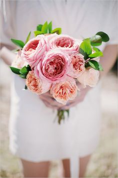Pink and peach DIY garden rose bouquet. Event Design: Blue Jar Events ---> http://www.weddingchicks.com/2014/05/28/3-garden-rose-diys-youll-love-from-blue-jar-events/