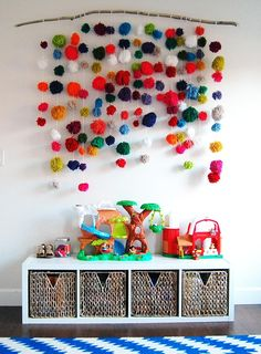 pom-pom Wandbehang :: DIY-Projekte und Pops of Color Modernisieren einen Virginian Colon pom-pom Wall Hanging :: DIY Projects and Pops of Color Modernize a Virginian Colon … Diy Wand, Cool Diy, Diy For Kids, Crafts For Kids, Mur Diy, Playroom Design, Playroom Ideas, Modern Playroom, Childminders Playroom