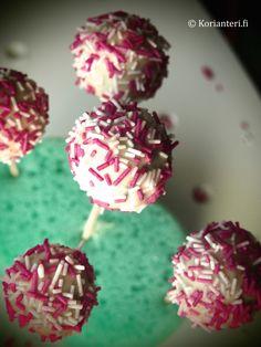 Valkosuklaiset kakkutikkarit eli Cake Popsit! Löydä nämä ja muut herkulliset reseptit Korianteri.fi-ruokablogista!