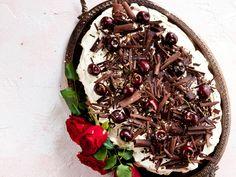 Kotilieden lukijakilpailuun tuli yhteensä 80 ohjetta, tämä Mustanmetsän kakku oli niistä paras. –En kostuta kakkuja. Mehevä marja- tai hedelmätäyte korvaa kostutusliemen. Kerma pitää vaahdottaa käsin. Vaahdon pitää olla pehmeää eikä sitä saa maustaa sokerilla. Joskus lisään kermaan rah… Pavlova, Japchae, Acai Bowl, Party Time, Cupcakes, Baking, Breakfast, Ethnic Recipes, Tuli