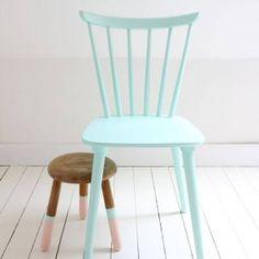 Простой покрашенный стул