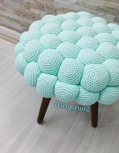 Banco croche bolinhas Crochet Mat, Crochet Mandala Pattern, Easy Crochet Patterns, Diy Crafts For Home Decor, Crochet Home Decor, Crochet Furniture, Green Home Decor, Pouf Ottoman, Slipcovers
