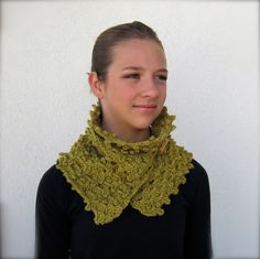 Learn to crochet: Adjustable Neck Warmer has adjustable wooden buttons