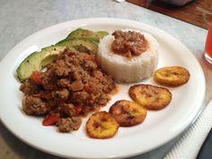 Carne molida, arroz, plátano y aguacate un almuerzo bien venezolano delicioso!!!