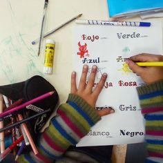 Colores esoañoles para 1º de Primaria. ROJO COMO EL DIABLO!!! AGGGH! Fingerless Gloves, Arm Warmers, Spanish, Interior, World, Spanish Colors, Spanish Classroom, Black, Red