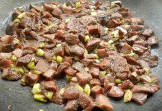 Шампиньоны промойте и нарежьте небольшими пластинками. Обжарьте грибы с измельченным зеленым луком на растительном масле. Соль и перец по вкусу. Beef, Recipes, Food, Recipies, Meat, Hoods, Meals, Ox