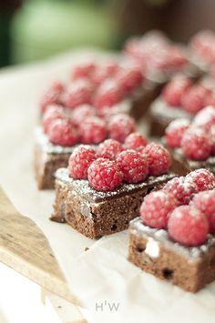 Mega czekoladowe brownie z malinami z Hotelu Radisson Blu. fot. Dagny