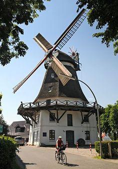 Fotos aus Hamburg - Wilhelmsburg  112_8956 Die Windmühle Johanna wurde 1885 als Galerie- Holländermühle gebaut und arbeitete bis 1960. Die Stellung der Mühlenflügel zeigt, dass die Windmühle Arbeitspause hat. ©www.fotos-hamburg.de