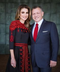 Happy wedding anniversary to King Abdullah and Queen Rania. Their Majesties were married on June 1993 and have four children: Crown Prince Hussein, Princess Iman, Princess Salma and Prince. Abaya Fashion, Fashion Dresses, Jordan Royal Family, Mode Abaya, Queen Rania, Palestinian Embroidery, Afghan Dresses, 25th Wedding Anniversary, Embroidered Clothes