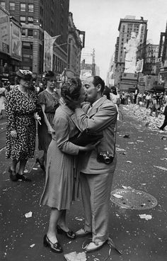 Photographer Alfred Eisenstaedt kissing unidentified female reporter on VJ day Times Square New York 1945 Photo: William C. Shrout