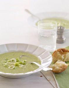 Salatalıklı Soğuk Yaz Çorbası Malzemeleri 2 bardak yoğurt 1 bardak sebze suyu (su da kullanabilirsiniz) 2 adet salatalık 4 adet taze soğan 2 yemek kaşığı dereotu 4 yemek kaşığı limon suyu 2 çay kaşığı tuz Salatalıklı Soğuk Yaz Çorbası Yapılışı Geniş bir kapta yoğurt ve sebze suyunu karıştırın. Diğer malzemeleri rondoda püre haline getirin. Püreyi yoğurt ile karıştırın. İçine 1 salatalık ve 1 taze soğan doğrayıp soğuk olarak servis edin. Yayınlanma Tarihi: 1 Haziran 2017