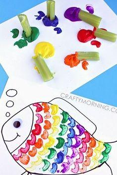 Malt gemeinsam diese Regenbogenfische mit Sellerie-Stempeln. | 23 bunte Basteleien, die Du mit Deinen Kindern machen kannst
