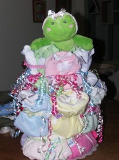 Baby Shower cloth diaper cake ideas for the cutest baby shower gift! Easy DIY instructions for making cloth diaper cakes! Cute Baby Shower Gifts, Baby Shower Gift Basket, Baby Shower Fall, Baby Shower Diapers, Baby Shower Parties, Baby Boy Shower, Cloth Diaper Cakes, Cloth Diapers, Frog Baby Showers