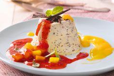 Straciatella-Parfait mit Erdbeeren, Mango und Basilikum