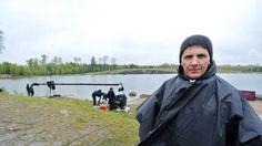 Geniväder. Micke Leijnegard och teamet hade valt en av de regnigaste dagarna i maj för inspelning vid Trollsjön i utkanten av Tierp. | Bild: Anders Badner