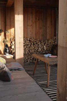 Houten veranda met houtkachel