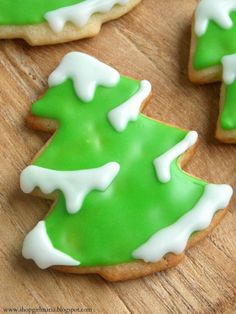 Snowy Tree Sugar Cookies I like the way these trees are iced. I will have to try it one Christmas.