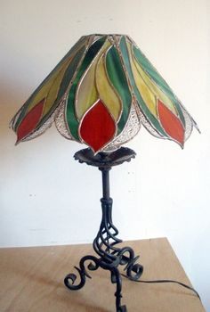 "Lampe ""Plume"" en Vitrail Tiffany Stained Glass Lamps, Art Deco Glass, Mosaic Glass, Stained Glass Table Lamps, Stained Glass Rose, Glass Lamp, Stained Glass Light, Tiffany Lamps"