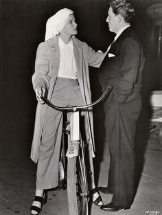 Katharine Hepburn and Spencer Tracy on the set of Woman of the Year, directed by George Stevens. Old Hollywood Movies, Hollywood Actor, Hollywood Glamour, Classic Hollywood, Kathrin Hepburn, Katharine Hepburn Spencer Tracy, Movie Magazine, Famous Couples, Comme Des Garcons