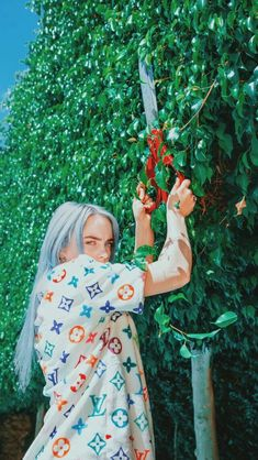 I think this is a rare but maybe i just never saw it 🥺 i love it tho Billie Eilish, Celebrity Wallpapers, Grunge Hair, Image Hd, Wallpaper Backgrounds, Iphone Wallpapers, Music Artists, Celebs, Instagram