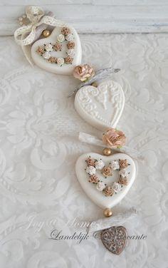 Blog voor vele soorten zeepjes, zeepkettingen & zeep cadeaus Cold Porcelain Flowers, Soap On A Rope, Diy Wax, Decorative Soaps, Soap Carving, Essential Oil Candles, Rainbow Roses, Glycerin Soap, Home Made Soap