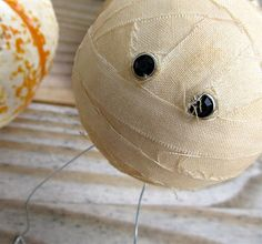 Here's a fun tutorial that's very simple and results in a darling Halloween decoration. Easy enough to try with the kids too! Head over to Craftaphile for the how to: Halloween Decor: M… Halloween Skull, Holidays Halloween, Spooky Halloween, Halloween Crafts, Happy Halloween, Halloween Party, Halloween Ideas, Halloween 2013, Halloween Activities