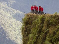 De #DeathRoad in #Bolivia is berucht als de gevaarlijkste weg ter wereld. Auto's mogen er niet meer komen, maar je kan er mountainbiken. Durf jij?