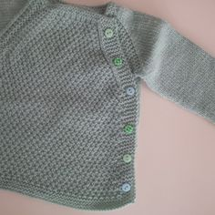 Esta chaquetita es para los los tres o  cuatro primeros meses.   Materiales:   2 ovillos DMC (100% Baby pure merino wool)  agujas del 3,5 ... Baby Sweater Patterns, Baby Quilt Patterns, Baby Knitting Patterns, Crochet For Boys, Knitting For Kids, Free Knitting, Bebe Baby, Baby Suit, Knitting Accessories