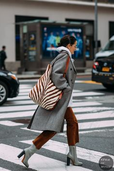 New York FW 2018 Street Style: Lucy Chadwick - Fashion Photography New Fashion, Trendy Fashion, Autumn Fashion, Womens Fashion, Fashion Trends, Fashion Boots, Dress Fashion, Fashion Outfits, Fashion Ideas