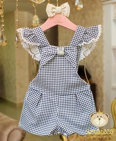 dungarees with sleeves on the cuffs A char Latzhose mit Ärmeln an den Manschetten 💙 Ein Charme für unsere …. Dungarees with sleeves on the cuffs 💙 A charm for our … - Little Girl Outfits, Kids Outfits, Baby Girl Fashion, Kids Fashion, Latest Fashion, Fashion Trends, Baby Dress Patterns, Cute Baby Clothes, Baby Girl Dresses
