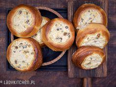 Drożdżówki z serem. Idealne na jesienne popołudnia. Pachnące masłem i wanilią. Z dodatkiem słodkich rodzynek, delikatnie słodkie