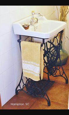 Lavabo com pé de máquina antiga
