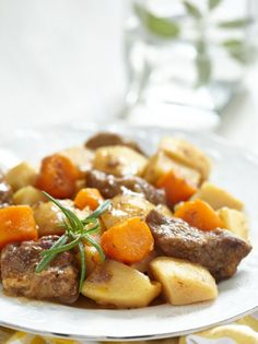 Tender beef cooked slowly with lovely veggies in lemon sauce. This full-bodied pot roast will bring the crowd running when you lift the lid… Cyprus Food, Slow Cooker Recipes, Cooking Recipes, Beef Pot Roast, Vegetable Drinks, Le Chef, Healthy Eating Tips, Healthy Food, Greek Recipes