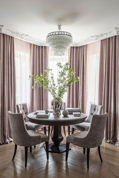 Столовая расположена в едином пространстве с гостиной. Паркет из массива дуба выложен французской елочкой, «Империал-Сф». Лепнина, «Дикарт».
