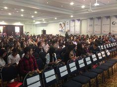 Los casi 600 asistentes van llenando el salón del Hotel Dann Carlton de Medellín donde se celebraba el VI Congreso Internacional de Negocios