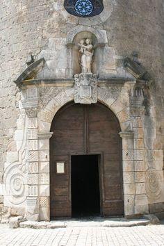 Église templière romane Sainte-Eulalie de Sainte-Eulalie-de-Cernon  dont le chœur sera percé d'une grande porte surmontée d'une Vierge venant de Gênes.