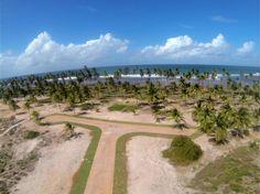 Terreno à venda bem localizado dentro do Condomínio dos Ipes, a segunda fase do empreendimento beira-mar Piscinas Naturais. Praia do Forte, Bahia, Brasil.