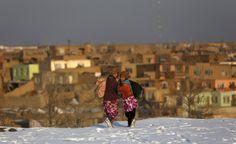Verso casa. Ragazze afgane camminano sulla neve mentre raggiungono Kabul (Reuters/Mohammad Ismail)