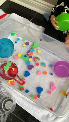 21 Amazing Sensory Bins for Toddlers & Preschoolers- HAPPY TODDLER PLAYTIME - - Here are 21 fun and amazing SENSORY BINS for toddlers and preschoolers. Learn and play with all these sensory bin ideas from rice to pom poms to caps and more! Creative Activities For Toddlers, Sensory Activities Toddlers, Montessori Activities, Infant Activities, Learning For Toddlers, Toddler Painting Activities, Tuff Tray Ideas Toddlers, Montessori Education, Sorting Activities