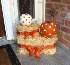 Here are a 15 genius fall front porch ideas you need to try. When fall is in the air, transform your entry and create porch envy with these easy-to-do décor ideas. Sharing lots of beautiful Fall front…More Manualidades Halloween, Halloween Crafts, Paper Halloween, Cheap Halloween, Outdoor Halloween, Scary Halloween, Fall Halloween, Porche Halloween, Halloween Veranda