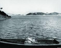 しばし休憩している大同江の船乗り 北朝鮮の1950年代の様子をとらえた貴重なモノクロ写真【画像】