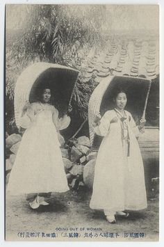"""Retronaut - Korean women going out - """"The inscription imprinted on the postcard in Japanese characters indicates an outing of 'Pyongyang' women. The big objects over women's heads were used to hide their face and to protect from sunshine or rain. Old Pictures, Old Photos, Vintage Photos, Japanese Characters, Korean Traditional, Traditional Fashion, Asian History, Korean War, Back In Time"""