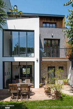 Transformations and contemporary rehabilitation of a townhouse, Christelle Serres-chabrier – House Side Source by 1920s House, House Siding, House Extensions, Modern Exterior, Simple House, Contemporary Decor, Home Deco, Building A House, Building Facade
