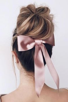 42 Bridesmaid Hair Styling Ideas , Bridesmaid hair should be styled properly as your bridesmaids will surround you most of the time and thus be caught on camera. And naturally, every br. Great Hairstyles, Elegant Hairstyles, Wedding Hairstyles, Bridesmaid Hairstyles, Medium Hair Styles, Short Hair Styles, Make Up Braut, Hair Ribbons, Short Wedding Hair