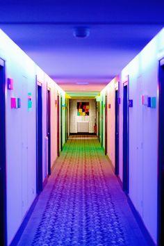 Une ambiance Flashy et acidulée tranche avec la sobriété des chambres du New Hotel Of Marseille