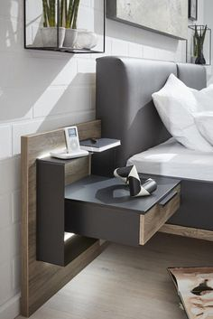 Markante Eleganz – die Interliving Schlafzimmer Serie 1007 Die Schlafzimmerkombination aus der Interliving Schlafzimmer Serie 1007 besteht aus einem hochwertigen Bettgestell, zwei praktischen Hängekonsolen mit Rückwand und einem geräumigen Schwebetürenschrank. Sämtliche Elemente wissen sowohl funktional als auch in puncto Design zu überzeugen. Bedroom Closet Design, Home Room Design, Bedroom Furniture Design, Modern Bedroom Design, Home Decor Furniture, Bedroom Decor, Wood Bed Design, Bed Frame Design, Bed Headboard Design