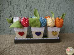 CONJUNTO VASINHOS TULIPAS (frente) Vasinhos em mdf pintados com aplicação de rendinha, fitinha, pedrinha e letras em mdf. Tulipas em tecido 100% algodão, enchimento em fibra siliconada e aplicação de pedrinha. Folhas em tecido 100% algodão. Tamanho aproximado do conjunto: A10 cm x L16 cm o conjunto #tulipa #tulipadetecido #flordetecido #artesanato #decoração #casa #artesdaeli